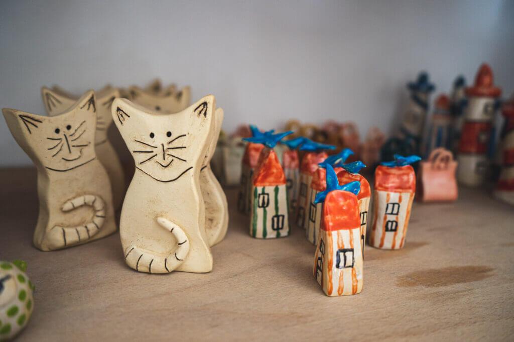 Holz-Katzen und Häuser