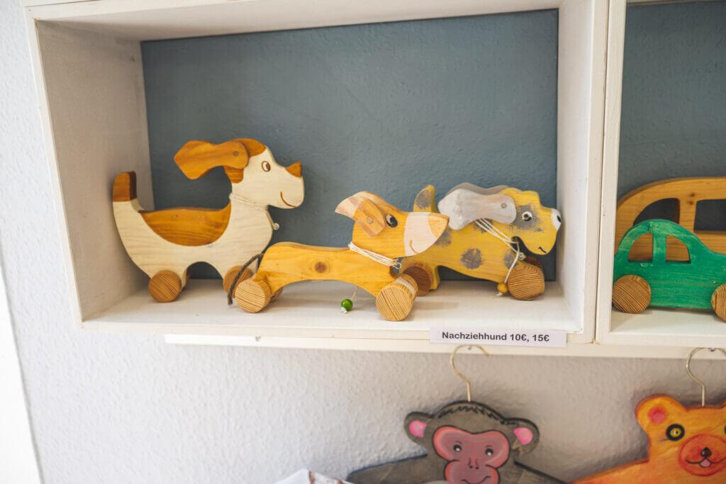 Bemalte Nachziehhunde aus Holz